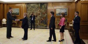 En el centro de la imagen, javier Fernández, Director General de COPADE y MADERA JUSTA, y Presidente de FSC España, aguarda su turno para saludar al Rey.